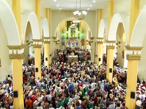 """Na """"missa do chapéu"""", fiéis usam chapéus semelhantes ao que padre Cícero vestia (Foto: TV Verdes Mares/Reprodução)"""