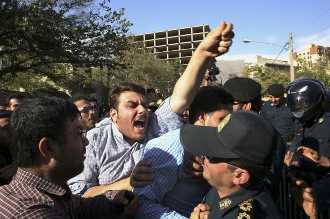 Des Iraniens en colère manifestent devant l'ambassade de... (PHOTO VAHID SALEMI, ARCHIVES AP)
