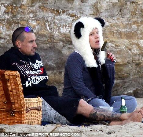 Beach break: Pink grávidas tem um pickle craving durante um piquenique com Carey Hart na praia de Malibu em fevereiro