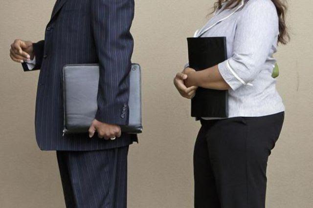 Personalmanager wollen Leidenschaft sehen: Bewerber warten auf ihre Chance, den potenziellen neuen Arbeitgeber im Gespräch von sich zu überzeugen.
