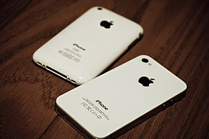 English: A 2011 iPhone 4S Compared to a 2009 i...