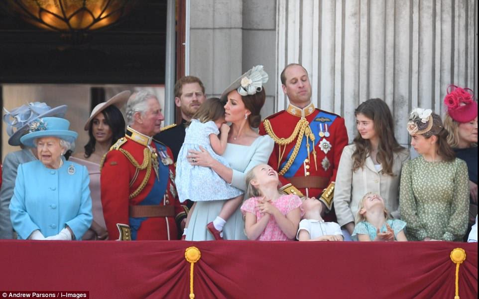 Princesa Charlotte parece chateada e é consolada por sua mãe enquanto os quatro príncipes assistem