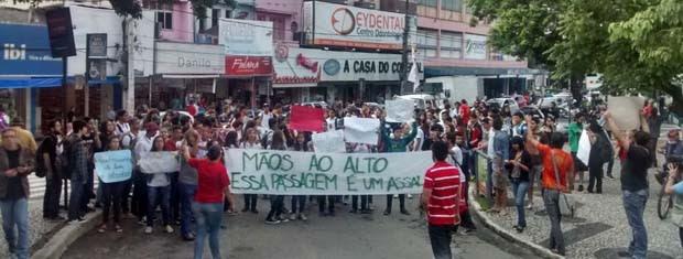 Estudantes fazem protesto contra reajuste de tarifa de ônibus em Campina Grande (Foto: Gustavo Xavier/G1)
