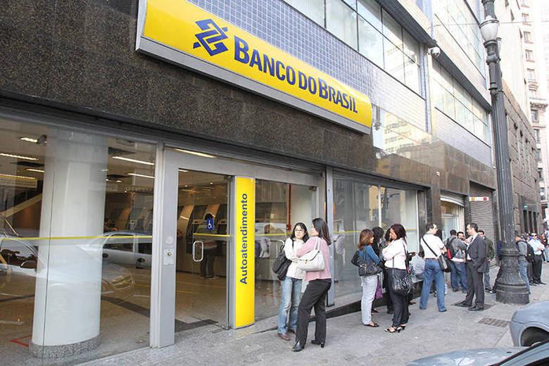 O Banco do Brasil estendeu o prazo de inscrição do concurso para o cargo de escriturário, que exige nível médio. Salário inicial é de R$ 2.043 e as inscrições foram prorrogadas até o dia 9 de janeiro. Veja os detalhes do edital no Banco do Concurso