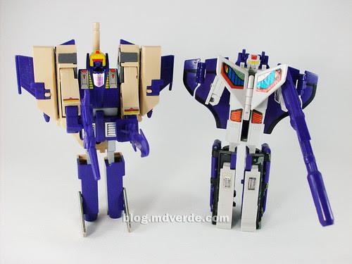 Transformers Blitzwing G1 vs Astrotrain G1 - modo robot