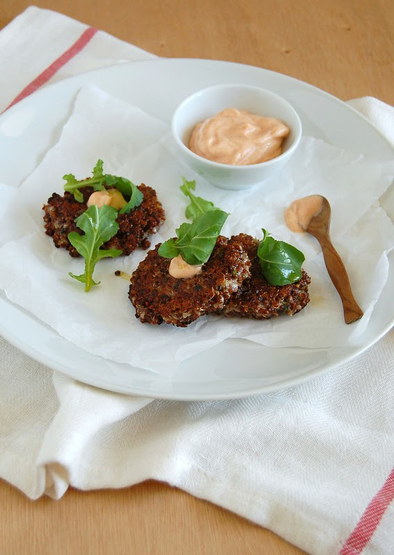 Quinoa fritters with harissa mayo / Bolinhos de quinua com maionese de harissa