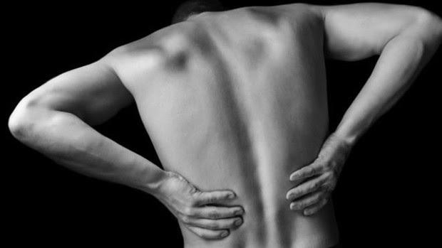 Dor nas costas não é motivo para ficar parado – muito pelo contrário  (Foto: Thinkstock/BBC)