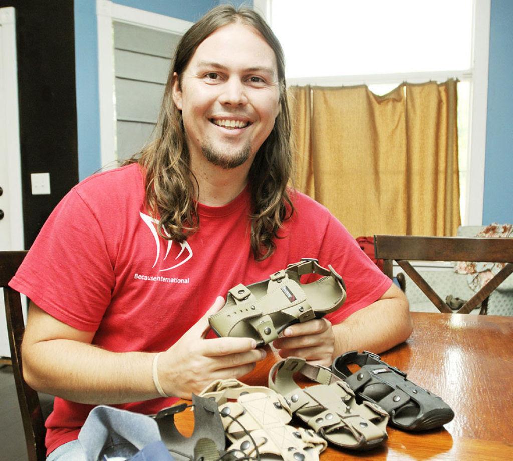 Este inventor criou sandálias que crescem até 5 medidas para ajudar milhões de crianças sem recursos 01