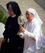 Polska siostra sercanka Tobiana Sobótka i uzdrowiona za przyczyną Jana Pawła II zakonnica Marie Simon-Pierre ze zgromadzenia Małych Sióstr Macierzyństwa Katolickiego niosą relikwiarz z krwią polskiego papieża