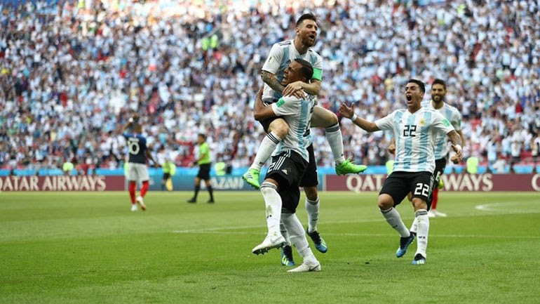 O Mέσι και οι συμπαίκτες του πανηγυρίζουν το δεύτερο γκολ της ομάδας τους