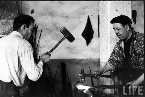 Fábrica de espadas, damasquinado y armaduras de Toledo en 1965. Fotografía de Carlo Bavagnoli. Revista Life (21)