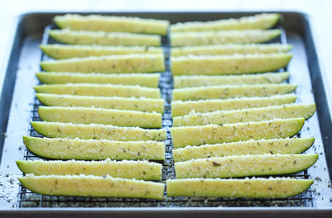 Al horno parmesano calabacín -, calabacines tiernos Crisp pega horno-asado a la perfección.  Es saludable, nutritiva y completamente adictivo!