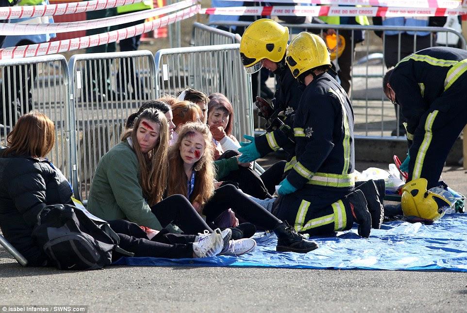 Θεραπεία: Πυροσβέστες τείνουν να νεαρές γυναίκες που υπέστησαν ελαφρά τραύματα στο ατύχημα, σε μια περιοχή που έχει συσταθεί έξω από το σταθμό