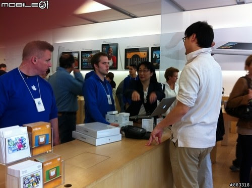 HTC Chairwoman in Apple Store
