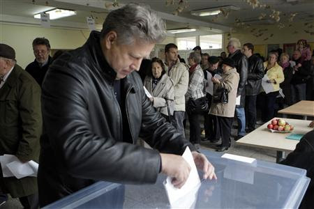 A man casts his vote in Vilnius October 14, 2012. REUTERS-Ints Kalnins (LITHUANIA - Tags: POLITICS ELECTIONS)