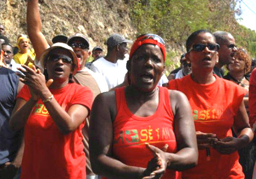 Maintaining a general strike – shutting down everything from stores to schools – for over a month takes extraordinary organizing and unity. In Guadeloupe, everybody pitches in, and many women are on the front lines. - Photo: LKP