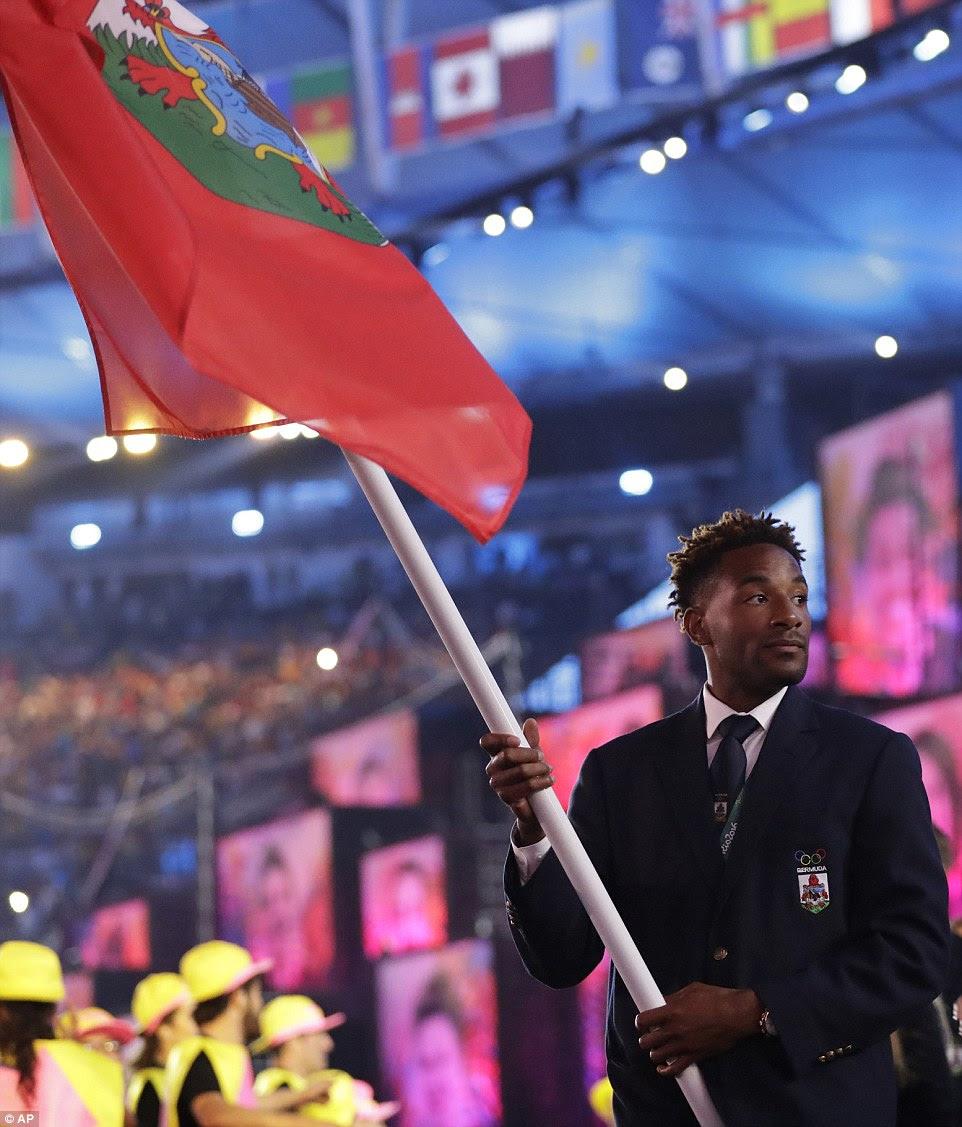 Tyrone Smith ondas da bandeira de Bermuda durante a cerimônia de abertura no Rio Estádio Maracena na sexta-feira