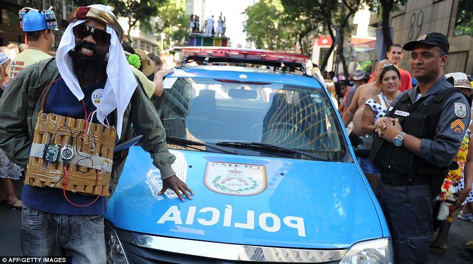 Polícia vigiar uma festa freqüentador de fantasia vestido como um homem-bomba no Rio de Janeiro