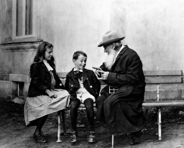 Tolstoi con sus hijos pequeños. Fotografía de dominio público