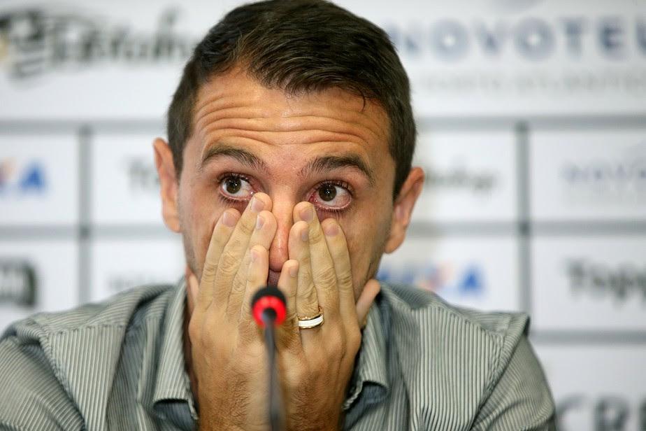 Em lágrimas, Montillo confirma adeus ao futebol: