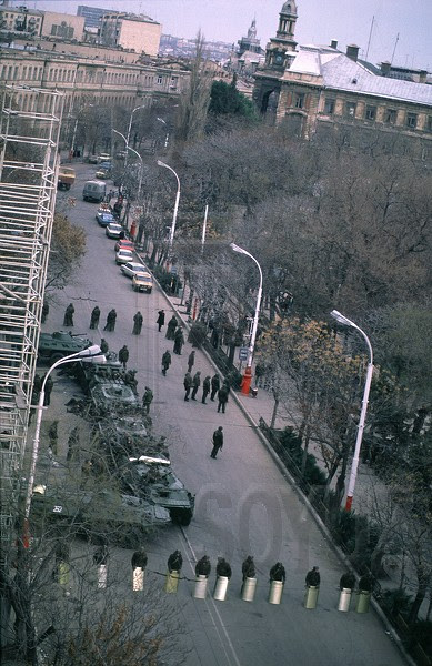 The soldiers guarding the building of the Oblast Committee of the Communist Party. Baku, January 1990. Our school No.132 and school No.134 are visible in background. Photo: Victoria Ivleva. Source: FotoSoyuz