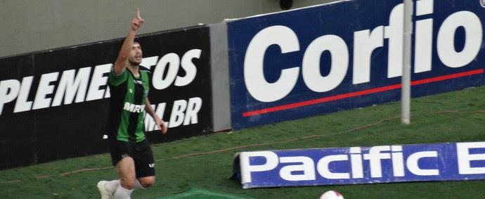 Jogadores do América-MG comemoram gol no Independência (Foto: Maurício Paulucci)