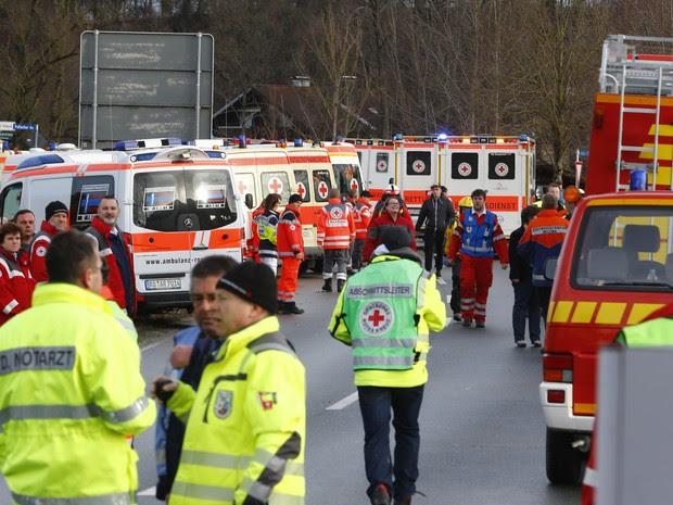 Equipes de resgate trabalham perto do local onde ocorreu o acidente entre trens na Alemanha (Foto: Matthias Schrader/AP Photo)