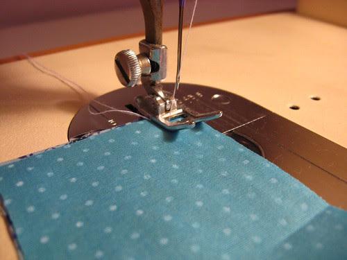 Mini almofada de alfinetes: Patchwork de mentirinha