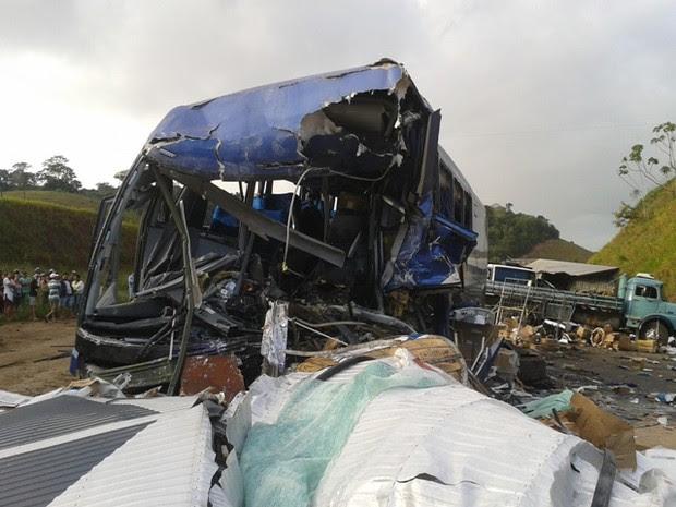Ônibus da Viação Águia Branca se envolveu em acidente com carretas em Mimoso do Sul, no Espírito Santo. (Foto: Renata Mofatti/VC no ESTV)