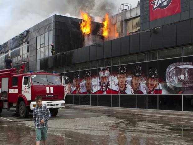 Grupo armado invadiu a arena de esportes 'Druzhba', local de origem do clube de hóquei no gelo Donbass em Donetsk e ateou fogo, bombeiros trabalham para apagar o fogo no local (Foto: Reuters)