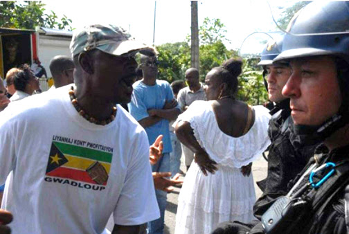 This Guadeloupean at the Gosier barricade makes it clear to the gendarmes – police sent from France to put down the general strike – that they are not welcome. - Photo: LKP