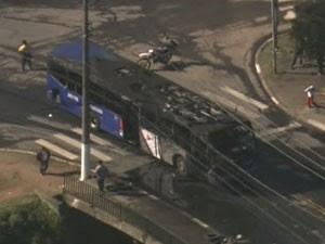 Ônibus foi queimado durante protesto em Osasco (Foto: Reprodução/TV Globo)