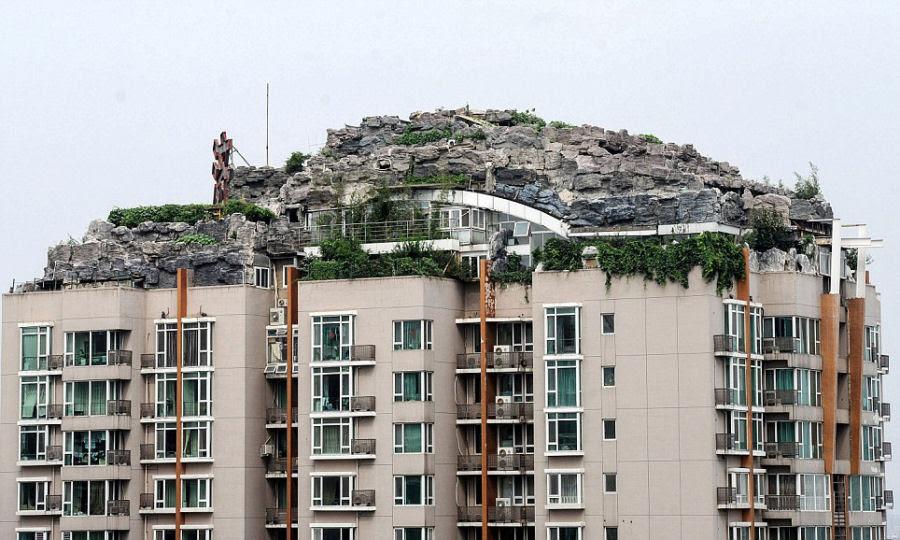 Empresário excêntrico constrói casa serrana no topo de um prédio em Beijing 05