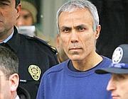 Alì Agca, nel 2006, all'esterno di un tribunale di Istambul (Afp)