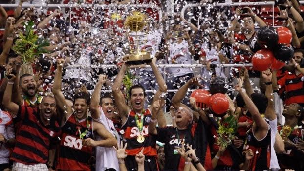 Basquete NBB Flamengo Paulistano final jogadores levantando a taça troféu título comemoração 31/05/2014