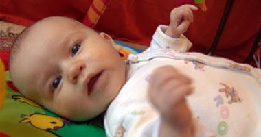 طفل فى مرحلة الرضاعة