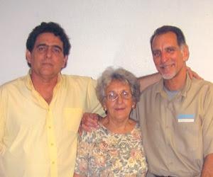 De izquierda a derecha: los hermanos Roberto y René González, junto a la madre de ambos Irma, en una visita a la cárcel de Marianna, donde estuvo preso René por 13 años.