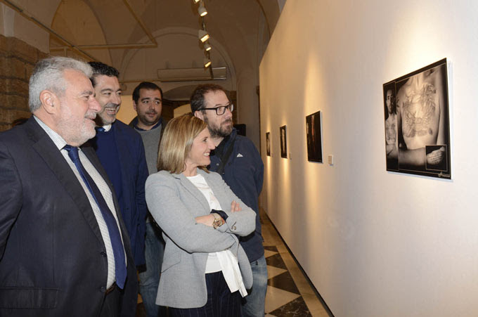 Un momento de la inauguración de la muestra, con representantes de la Diputación y de la RTVA