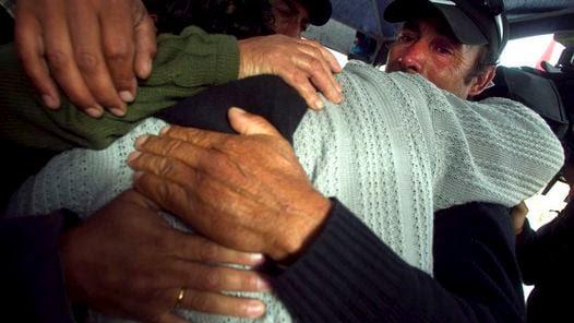 EMOCION. Familiares de los mineros se abrazan al conocer la noticia de la llegada de la perforadora. (EFE)