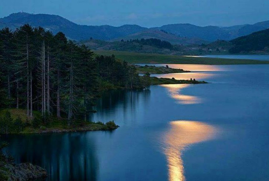 Αν και τεχνητή η λίμνη Πλατσήρα αποτελεί μια από τις ωραιότερες λίμνες του κόσμου.