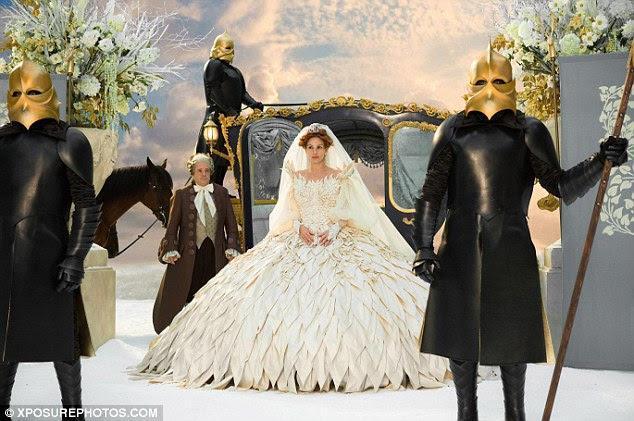 Casamento branco?  Roberts sai de um treinador de fadas em um vestido branco e véu oversize em uma cena