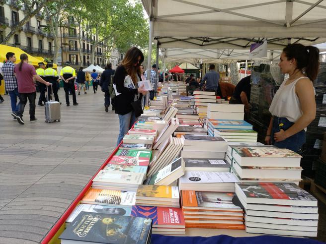 Las paradas de libros de La Rambla han abierto a primera hora de la mañana para estrenar otro Sant Jordi maratoniano
