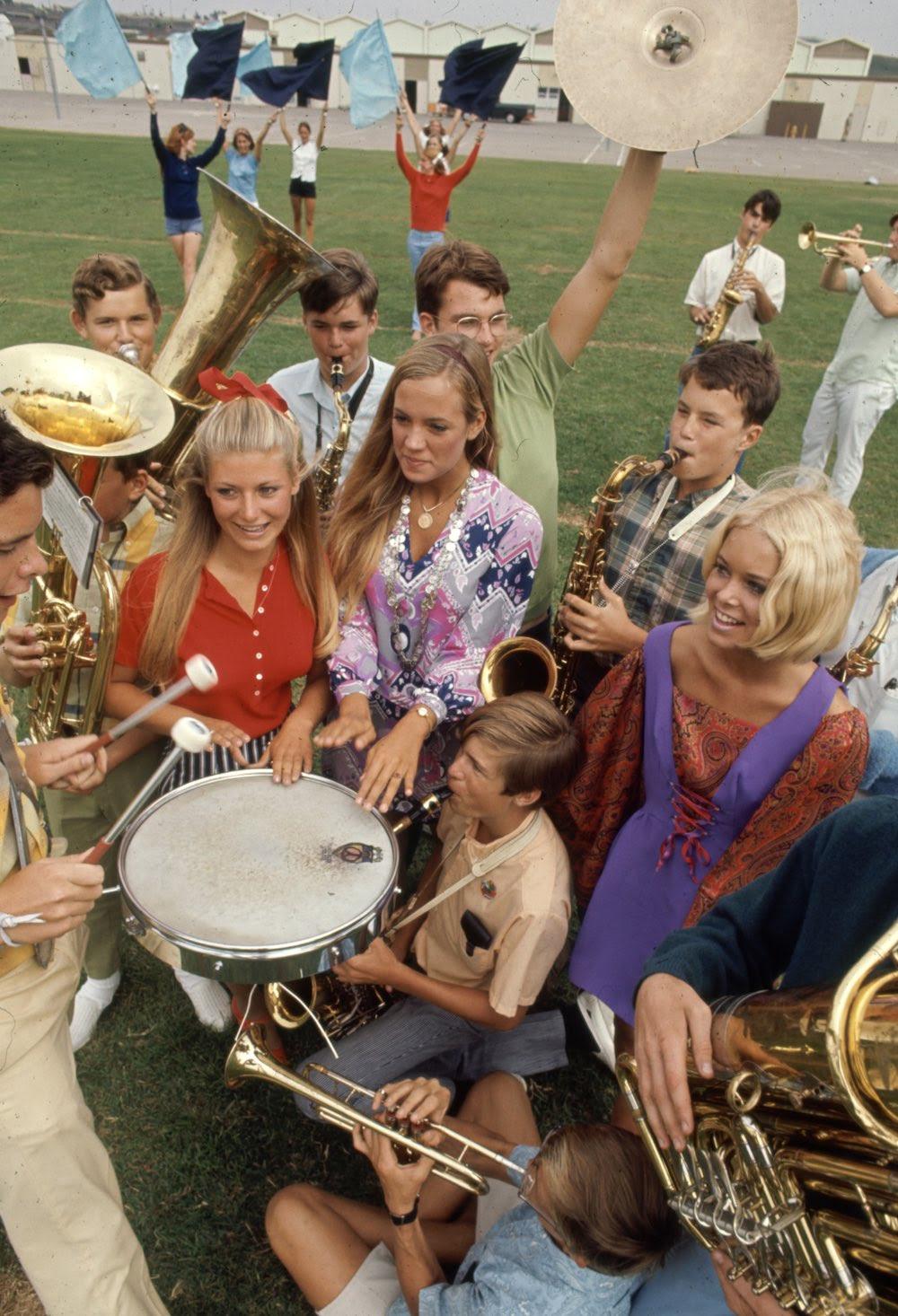 Estas colegiais dos anos 60 se vestiam bem, inclusive para hoje em dia 10