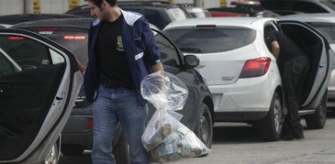Dois sacos de dinheiro foram apreendidos na operação / Foto: Bobby Fabisak/JC Imagem