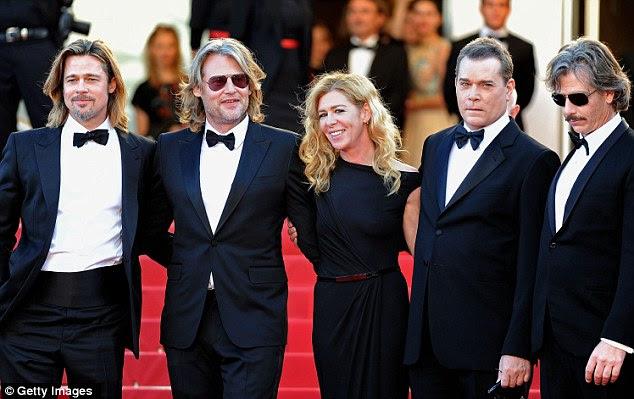 Tudo em preto: Brad entrou diretor Andrew Dominik, a atriz Dede Gardner e os atores Ray Liotta e Ben Mendelsohn para uma foto