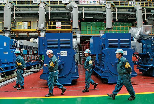 PARA O FUTURO Linha de montagem de peças para navios na Coreia do Sul. O país cresce apoiado em alto investimento na capacidade de produzir (Foto: Jo Yong hak/Reuters)