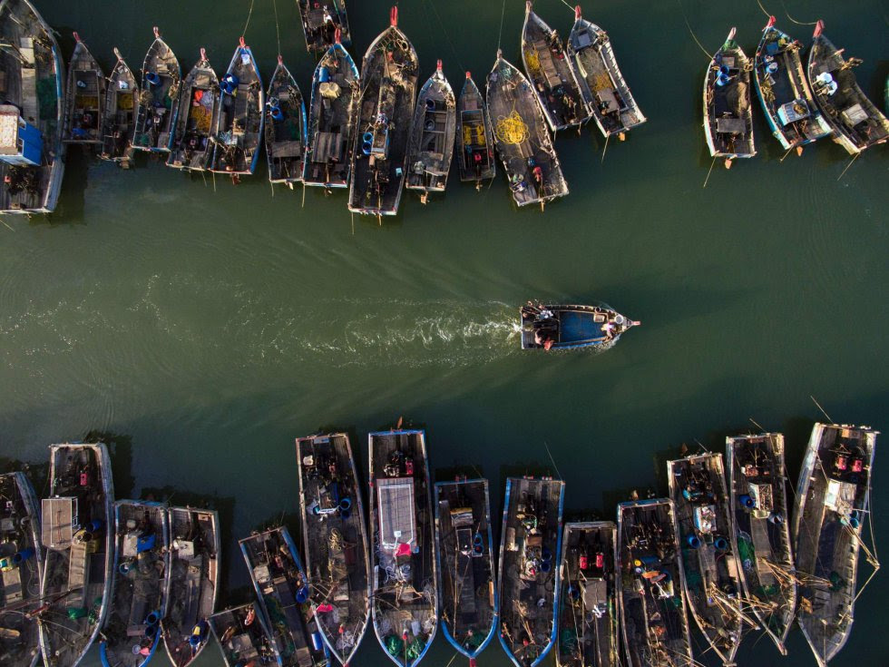 Vista aérea de barcos de pesca en Xianrendao (China).