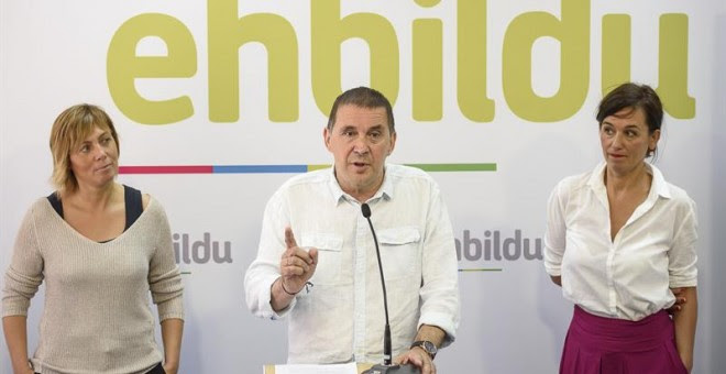 El candidato de EH Bildu a lehendakari, Arnaldo Otegi, presenta a los medios a la cabeza de lista por Bizkaia de la coalición soberanista a las elecciones vascas del 25-S, Jasone Agirre (d), hasta ahora periodista de la televisión pública vasca, ETB, junt