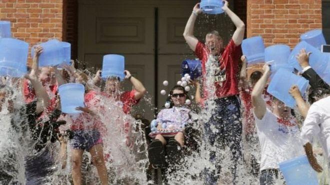 Gente lanzándose agua