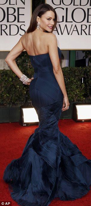 Que suportam seu material: Freida Pinto optou por um vestido azul-petróleo Prada coloridas, enquanto Sofia Vergara mostrou suas curvas em Vera Wang